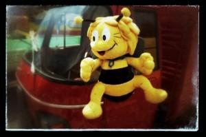 Ape :  [`a:pe] ital. Biene (l'ape = die Biene)